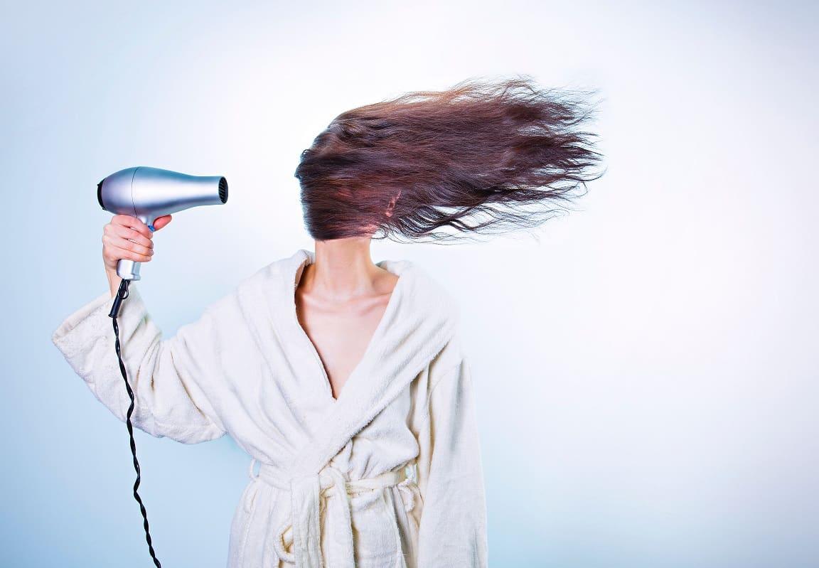 אישה עושה פן עם מייבש שיער