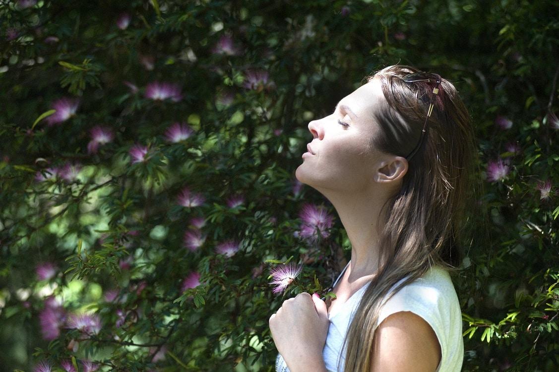 אישה עושה תרגילי נשימה