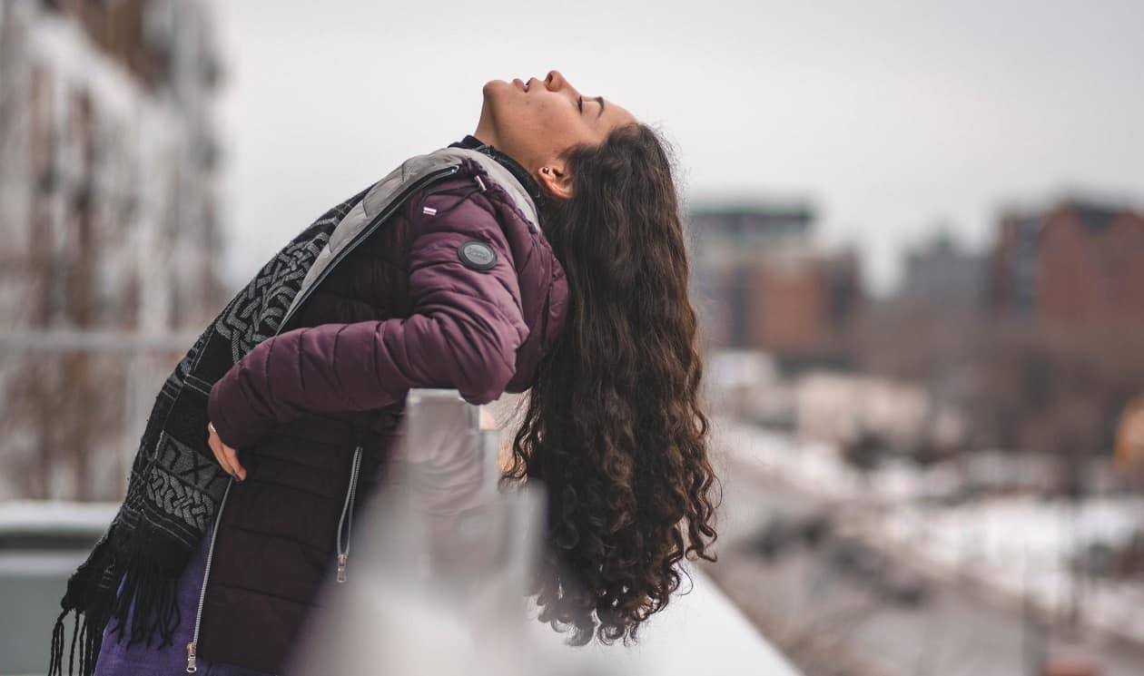 אישה עם שיער ארוך נשענת אחורה אחרי הצמחת שיער בלייזר רך LLLT