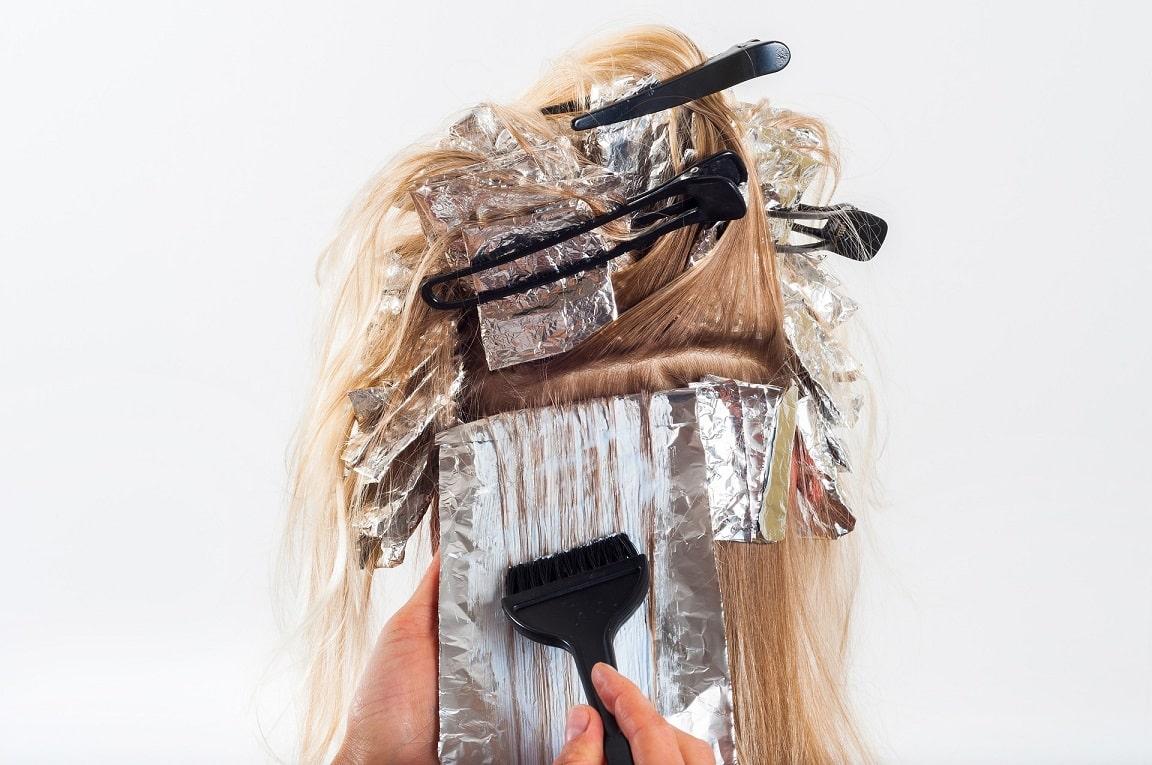 אישה צובעת את השיער אצל איש מקצוע
