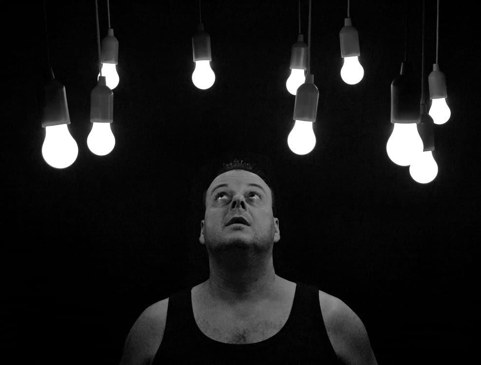 גבר המדמה מחשבות על סרטון הערמונית (פרוסטטה)