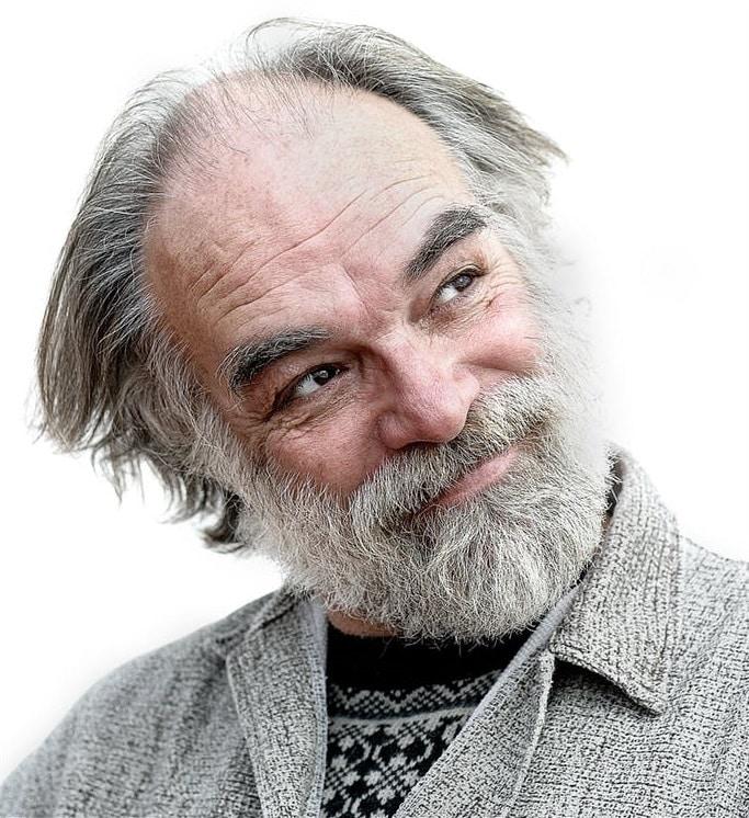 גבר זקן ומקריח שצריך השתלת שיער לגברים