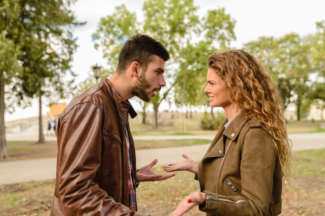 גבר מקבל עצה מחברה שלו אם כדאי לו לעשות השתלת שיער לגברים