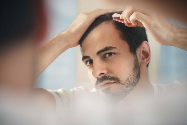 גבר עושה טיפול בנשירת שיער