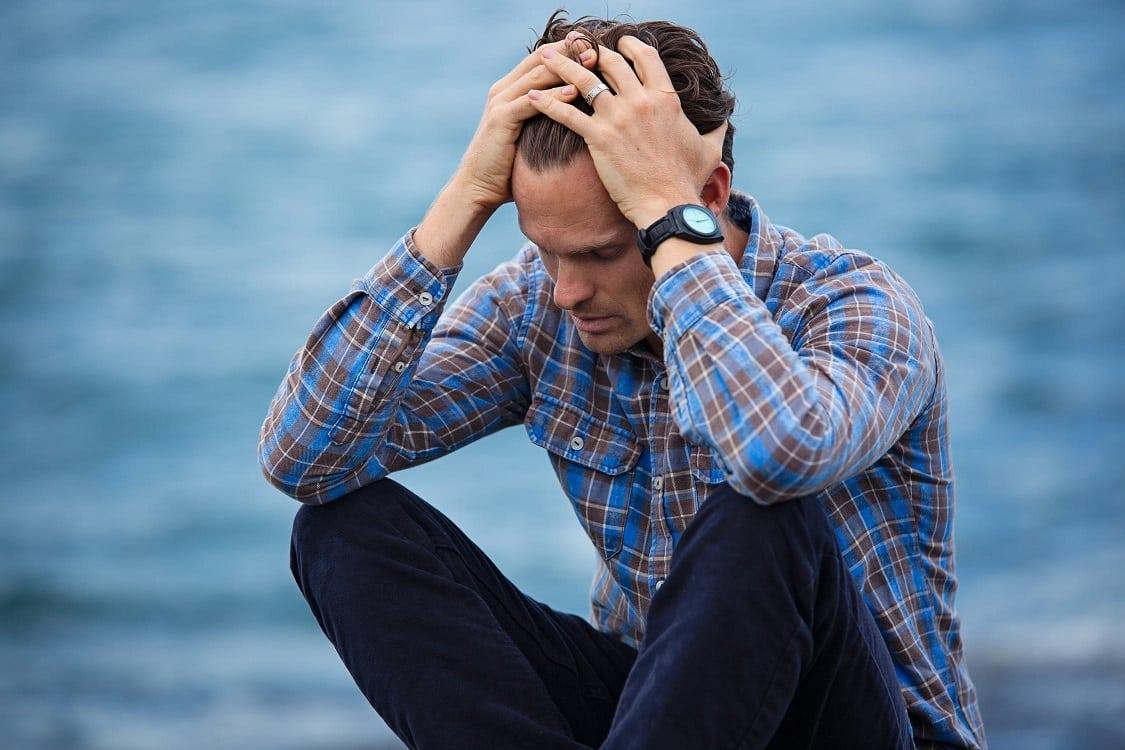 גבר שידע על סיכונים השתלת שיער ועכשיו סובל מתופעות לוואי