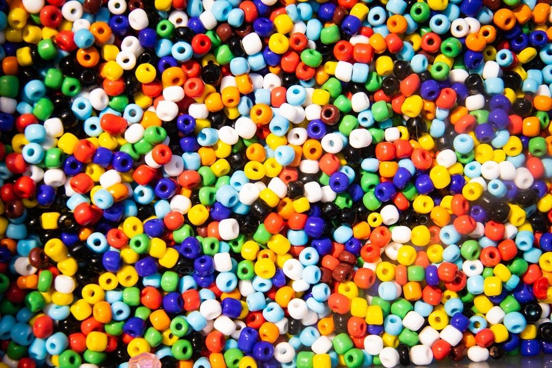 הצטברות של המון חרוזים ממתכת בצבעים שונים