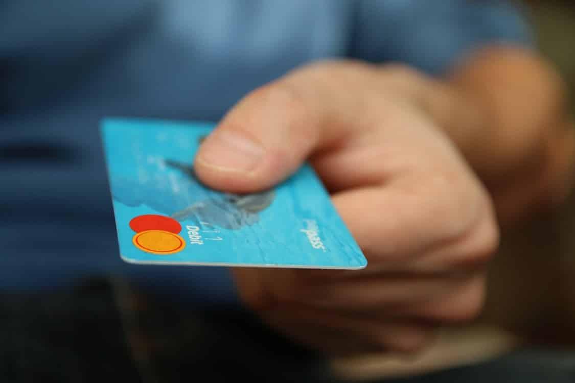 יד שמחזיקה כרטיס אשראי