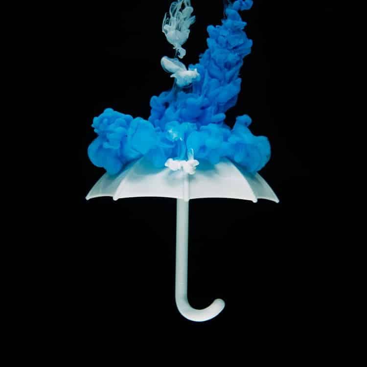 מטריה שמדמה הגנה מחומר כחול