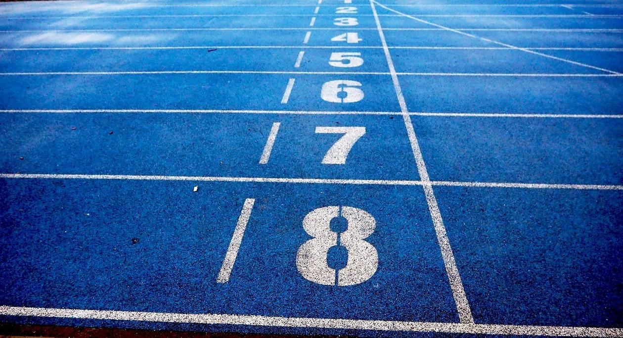 מסלול מרוצים כחול שממחיש בחירה בין שיטות ודרכים שונות