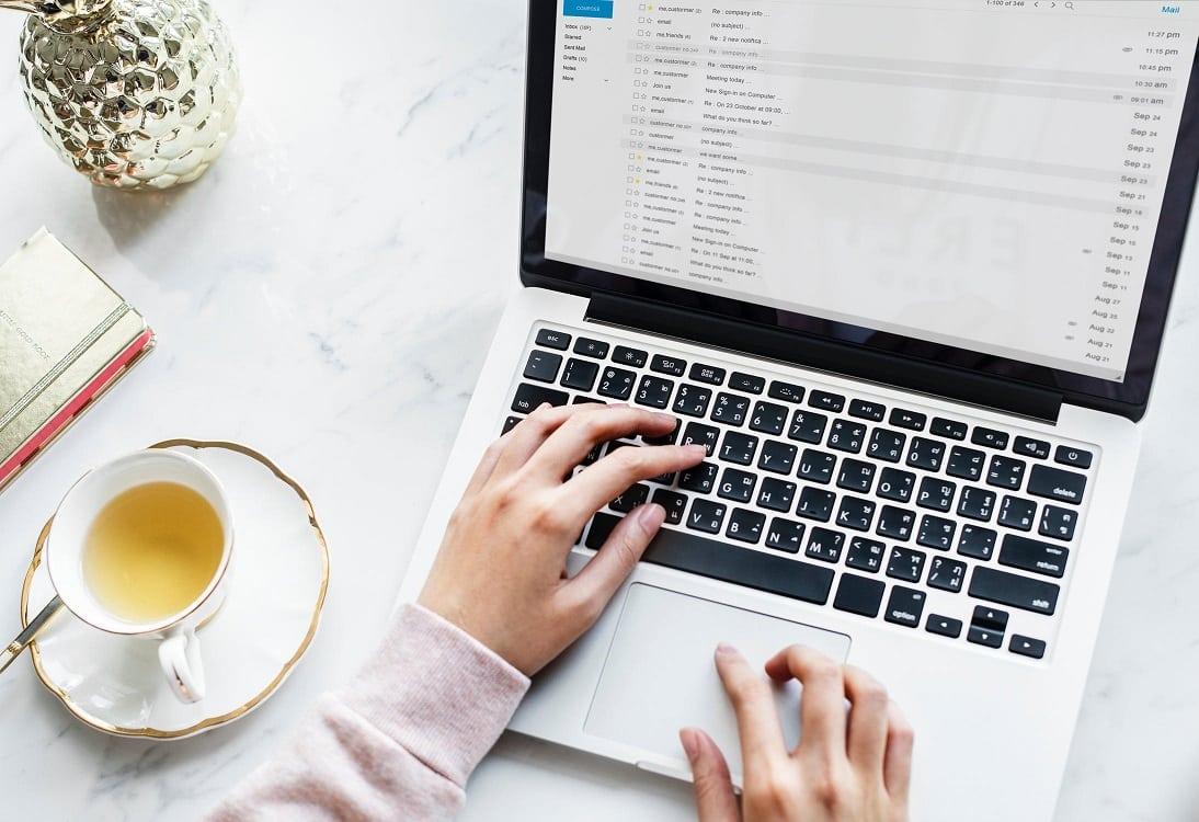 שולחן מחשב נייד ותה שמדמים שגרת עבודה