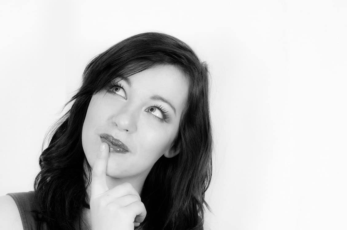 תמונה בצבע שחור לבן של אישה שתוהה לעצמה