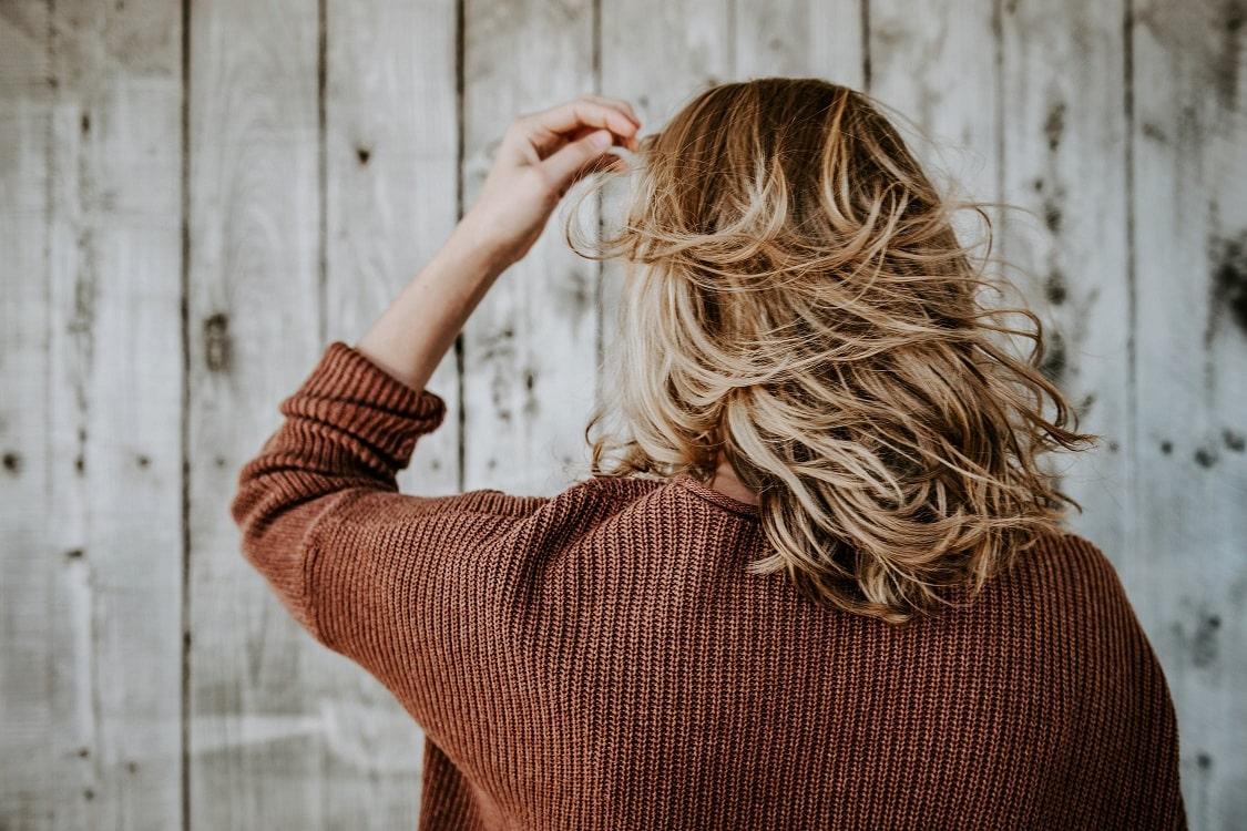 תמונה של אישה עם שיער בלונדיני מאחורה