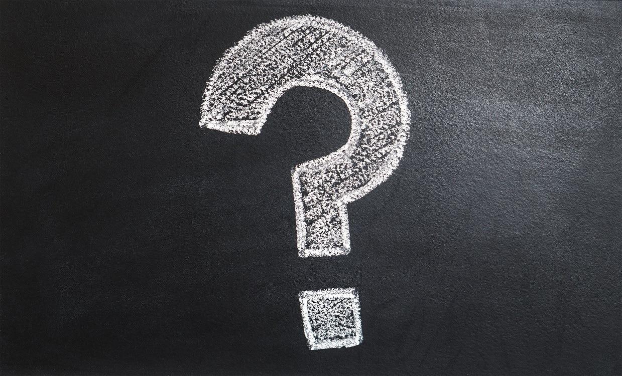 תמונה של סימן שאלה מצוייר בגיר לבן על לוח