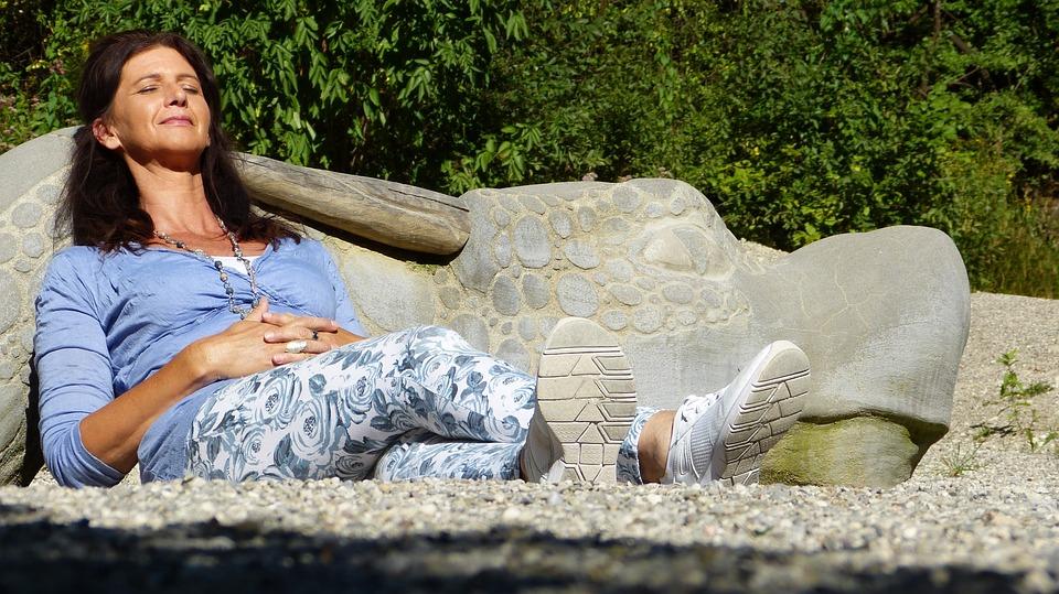 אישה בגיל המעבר רגועה ומחייכת לפני התחלה חדשה בחיים