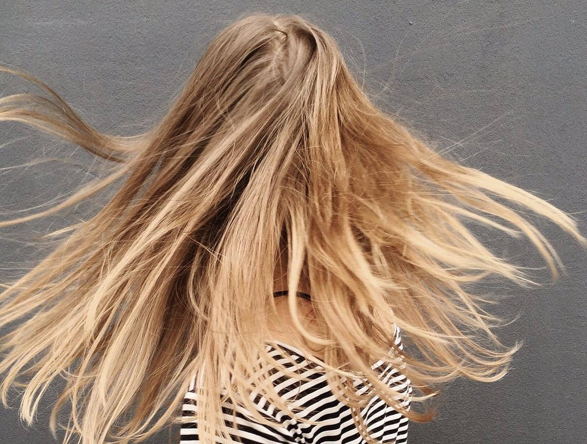 אישה בלונדינית עם שיער פזור