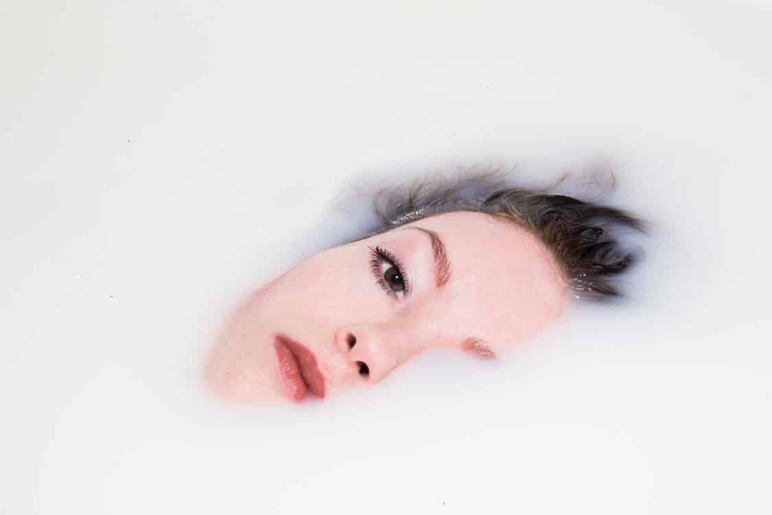 אישה מכוסה בנוזל אילוסטרציה של עודף DHT