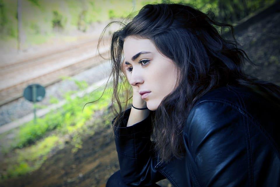 בחורה עם שיער שחור מגיעה למסקנות על נשירת שיער זמנית