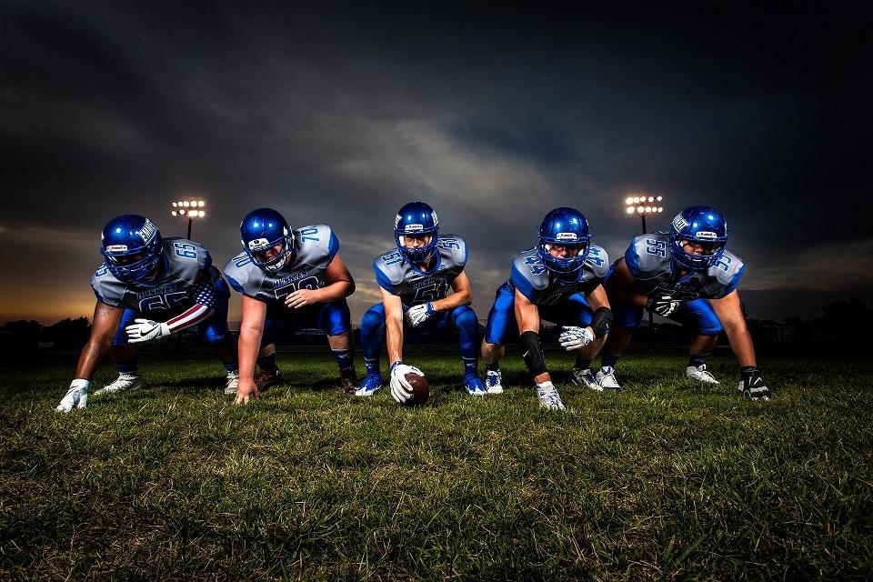 גברים במדים כחולים של פוטבול אמריקאי