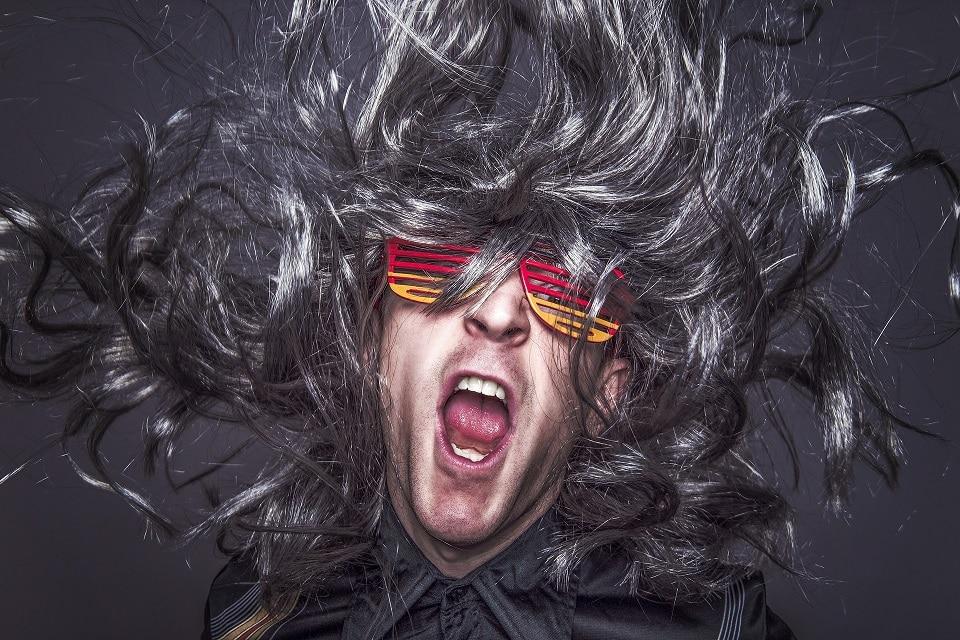 גבר עם שיער ארוך ופרוע לובש משקפיי שמש צבעוניות