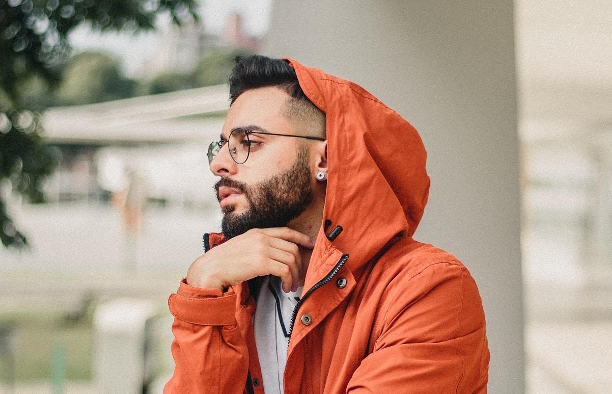 גבר צעיר חושב על טיפול באמצעות מסרק לייזר לנשירת שיער