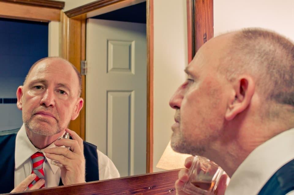 גבר שיש לו נשירת שיער קבועה יציבה ועקבית
