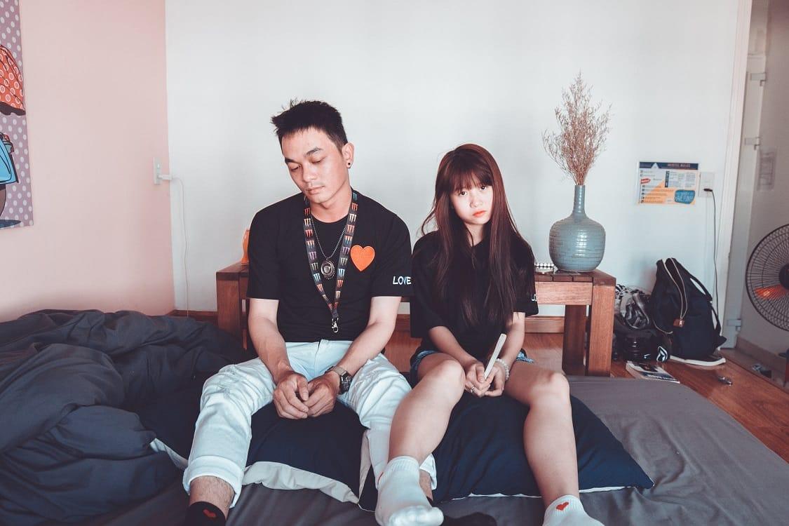 זוג שאיבד את החשק המיני יושב על המיטה
