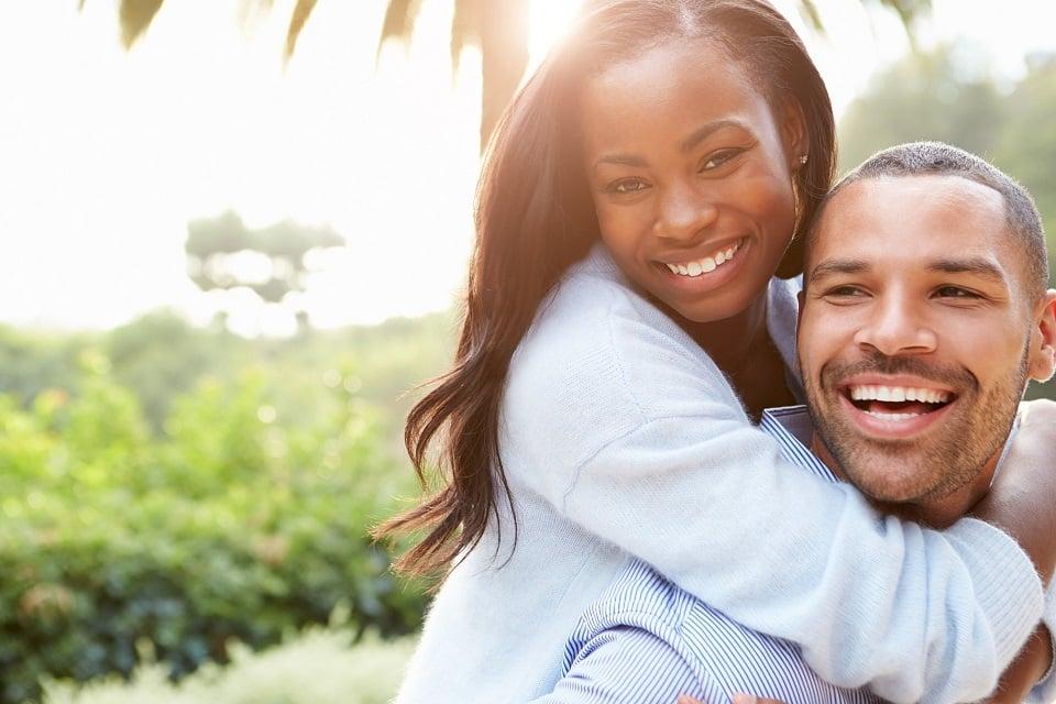 זוג שמח עכשיו כשהוא מצא מחיר השתלת שיער שמתאים לו