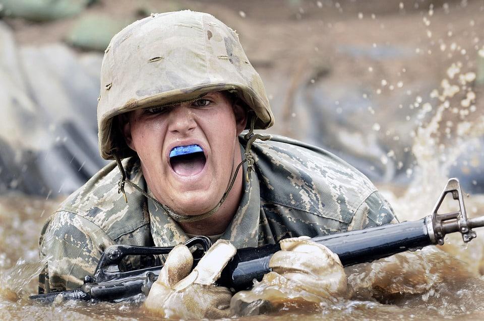 חייל זוחל בבוץ כחלק מאימון