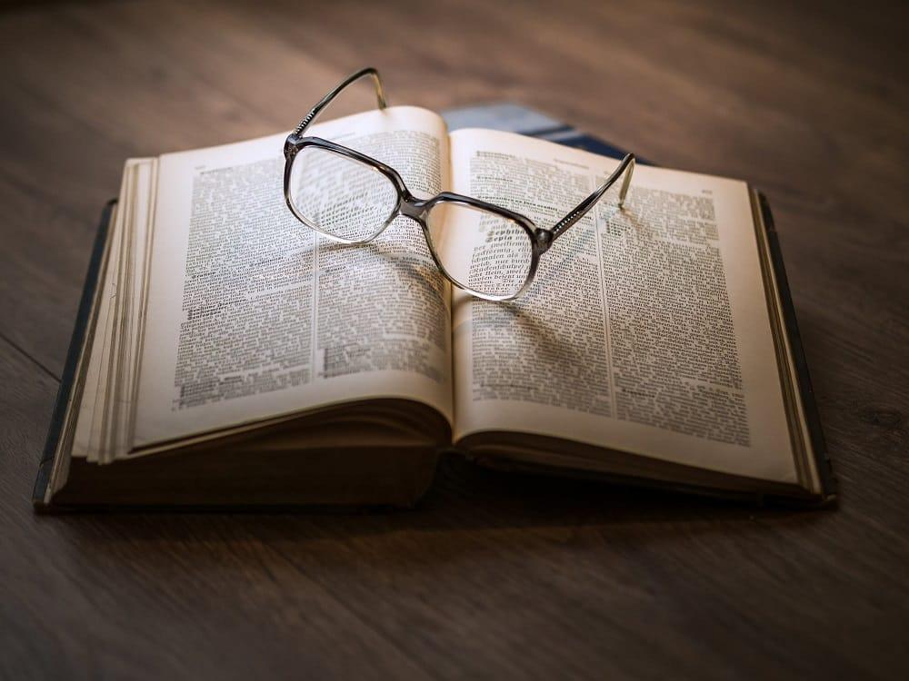 משקפיים וספר שמדמים הסקת מסקנות אחרי למידה מעמיקה