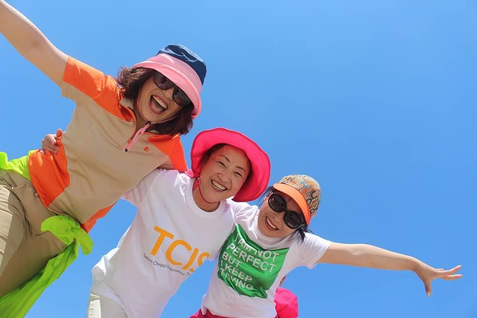 נשים עם נשירת שיער עונתית לובשות כובע בשמש