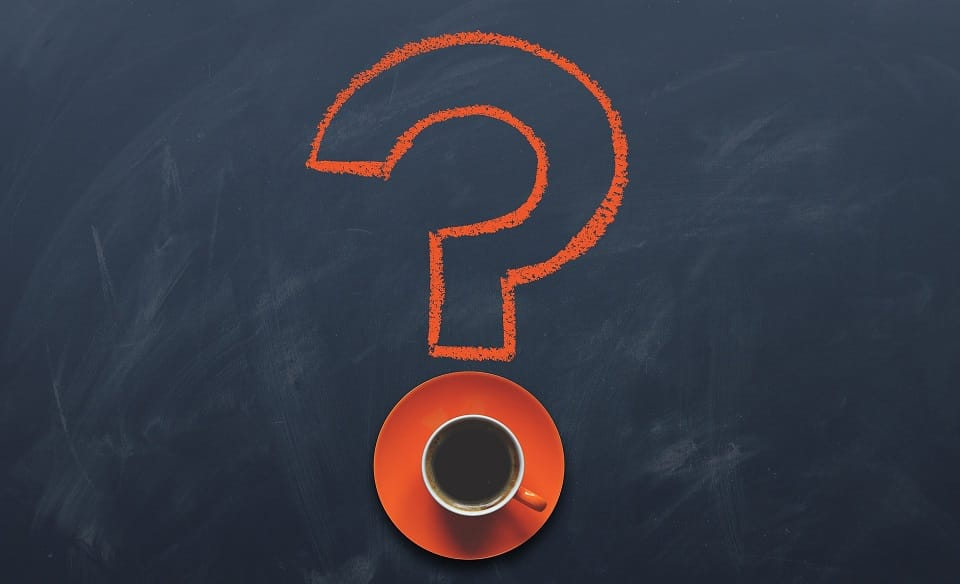 סימן שאלה עם ספל קפה בצבע כתום
