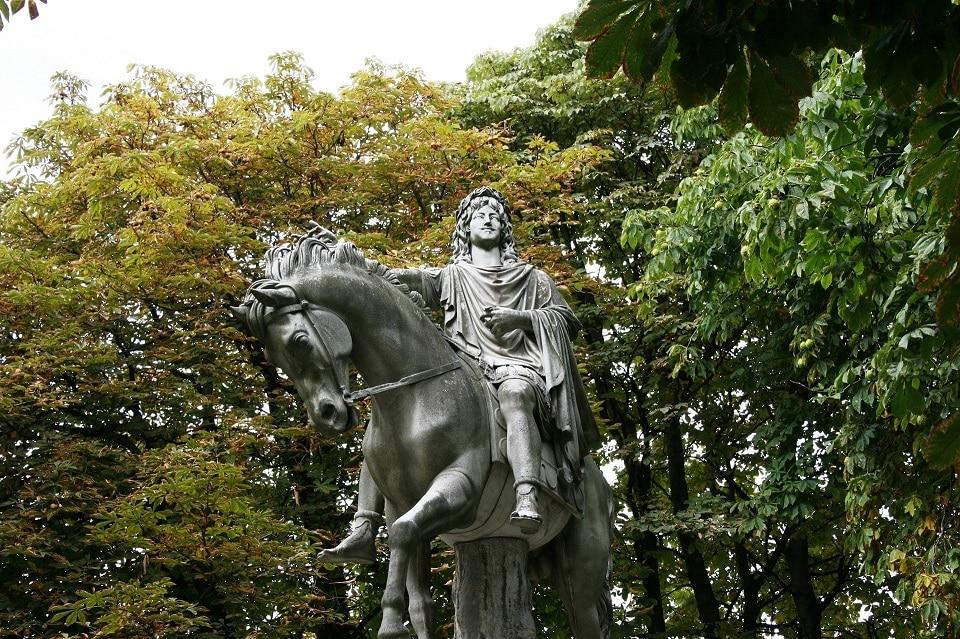 פסל של לואי ה-13 מלך צרפת לפני שיצרו מסרק לייזר לנשירת שיער