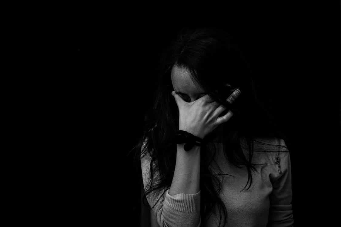 תמונה בשחור ולבן של אישה לחוצה בגלל התקרחות אצל נשים
