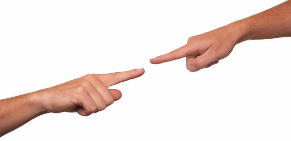 אצבעות מצביעות אחת על השניה