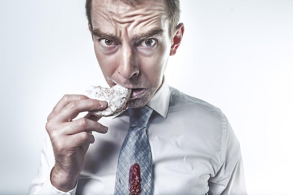 גבר אוכל עוגה ומדמה חוסרים תזונתיים