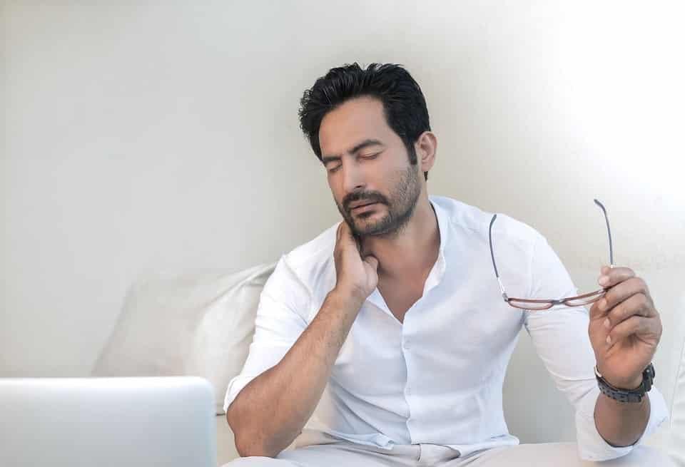 גבר עם חולצה לבנה שיש לו תופעות לוואי