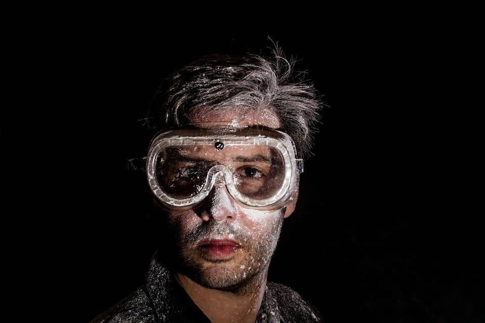 גבר צעיר עם משקפיי מגן מדמה בטיחות של שימוש