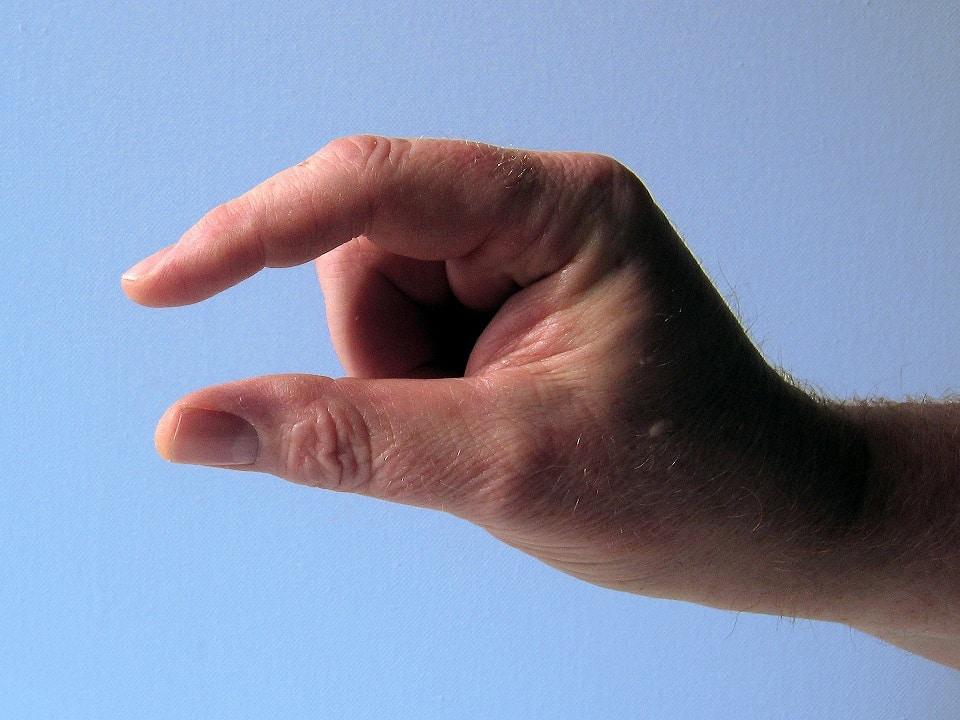 יד שעושה סימן של קצת או צימצום