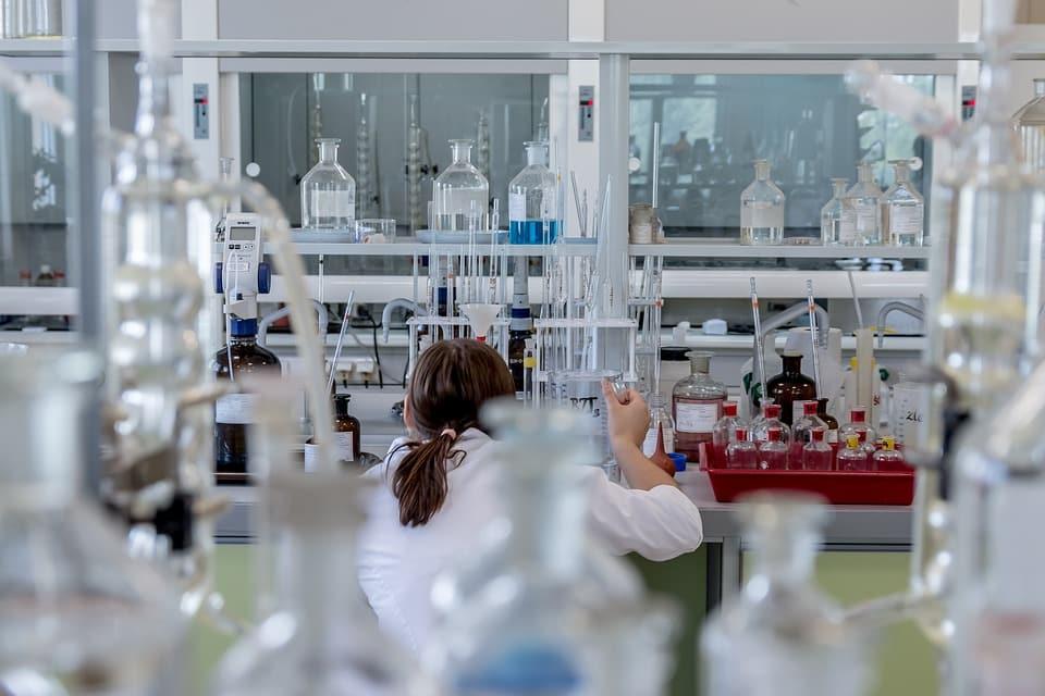 מדענית במעבדה מבצעת מחקר מדעי