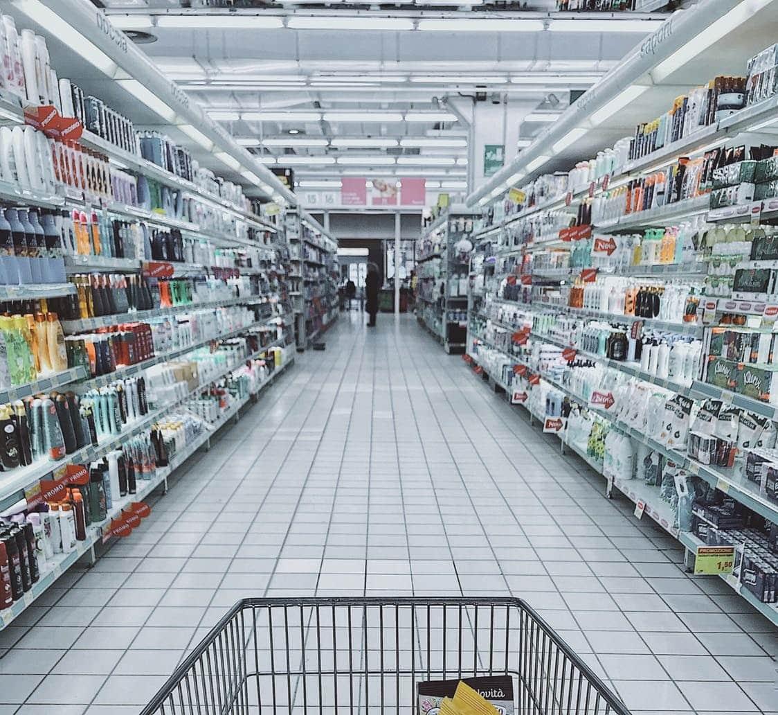 עגלת קניות בסופר מלא במוצרים
