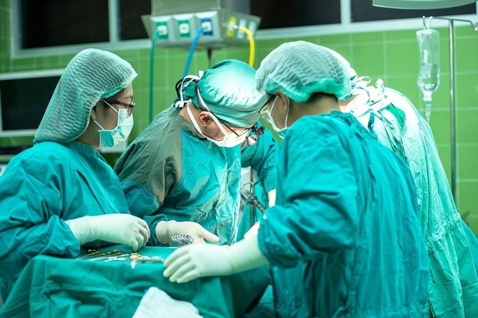 צוות מנתחים מבצעים ניתוח בחדר ניתוחים
