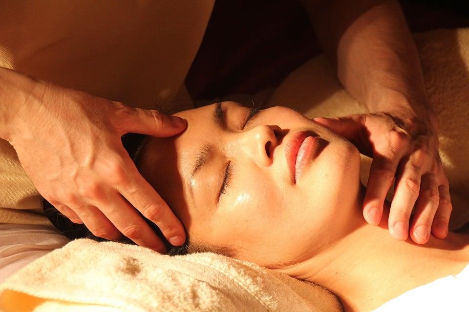 תקריב של ידיים המבצעות עיסוי לקרקפת ולצוואר