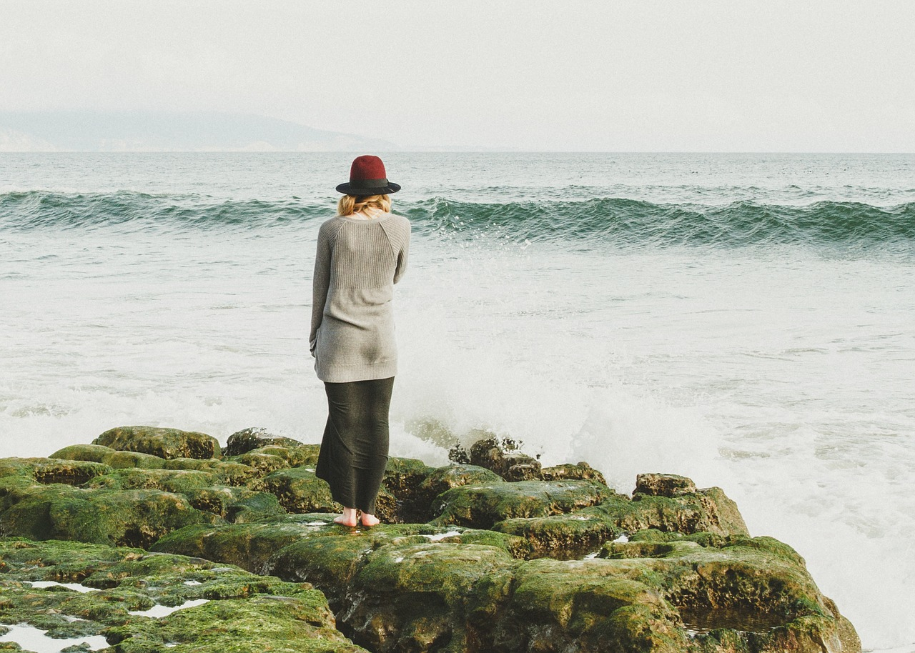 אישה עומדת מול הים ומגיעה למסקנות על חומצה פולית