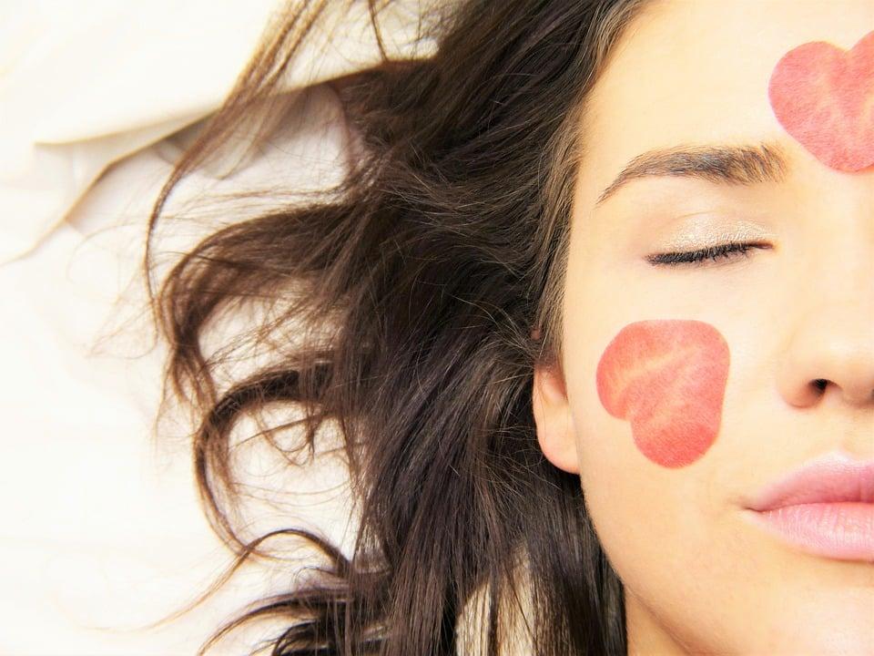 אישה עם פנים שלוות שעוברת טיפול נגד דיכאון