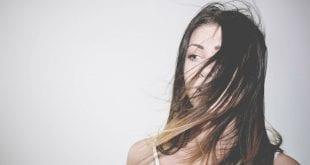 בחורה שמשתמשת חומצה פולית לטיפול בנשירת שיער