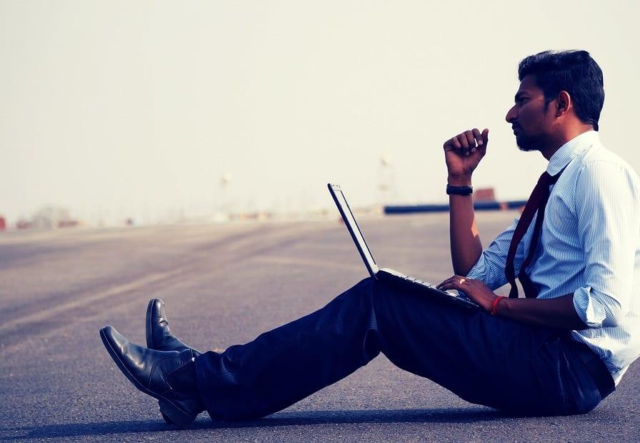 גבר הודי יושב על הכביש ומסיק מסקנות בנוגע לאבודרט דוטסטריד