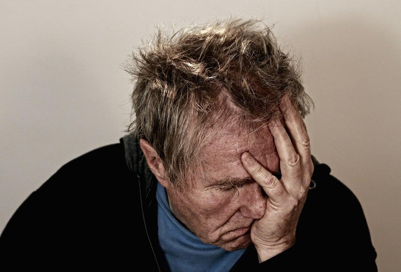 גבר מדוכא בדיכאון שסובל מנשירת שיער