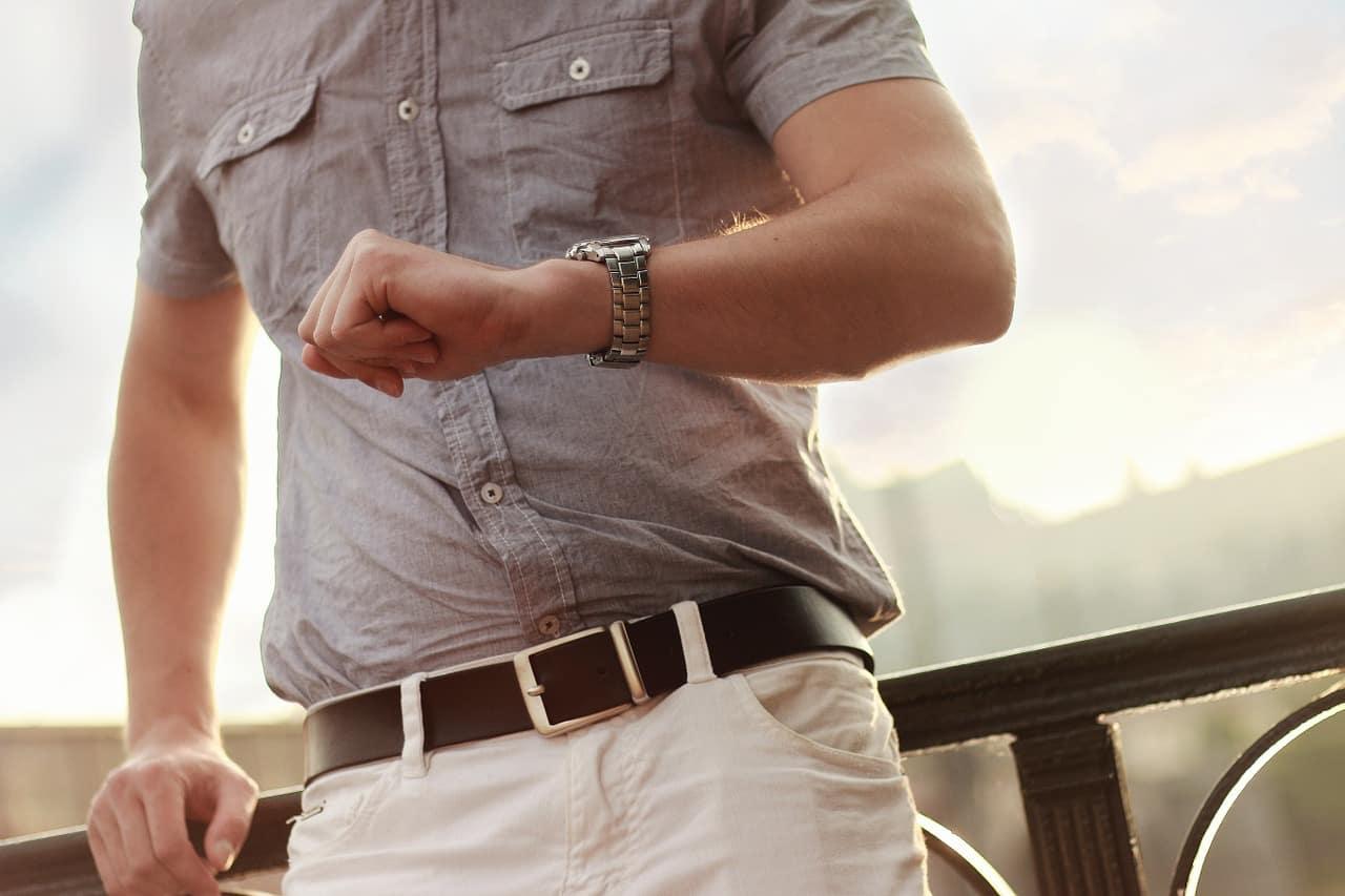 גבר מסתכל על השעון כאילוסטרציה של לחכות למשהו