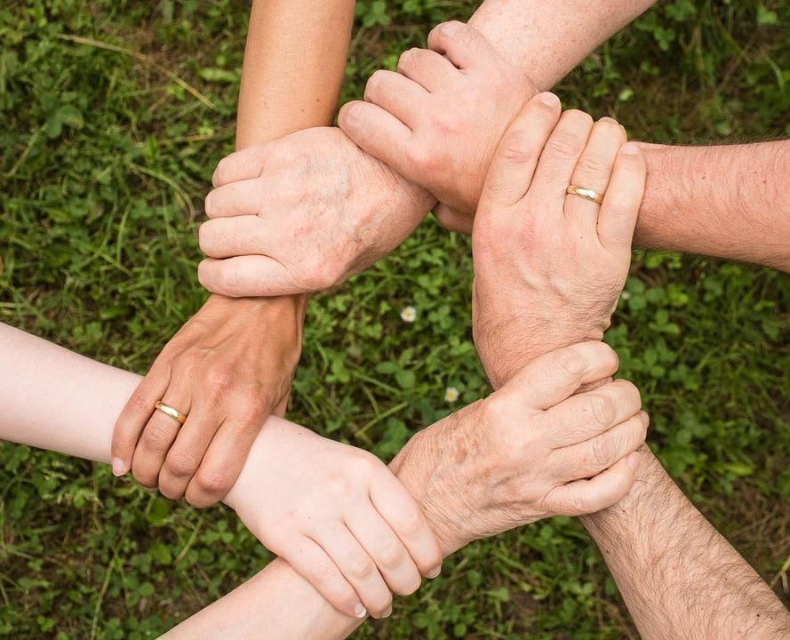 ידיים משולבות בתור סמל לאחדות ועזרה משותפת