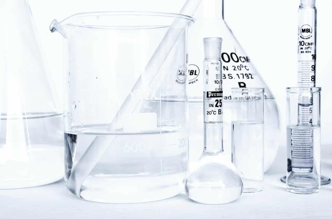 מבחנות בגדלים שונים המשמשות למחקר מדעי